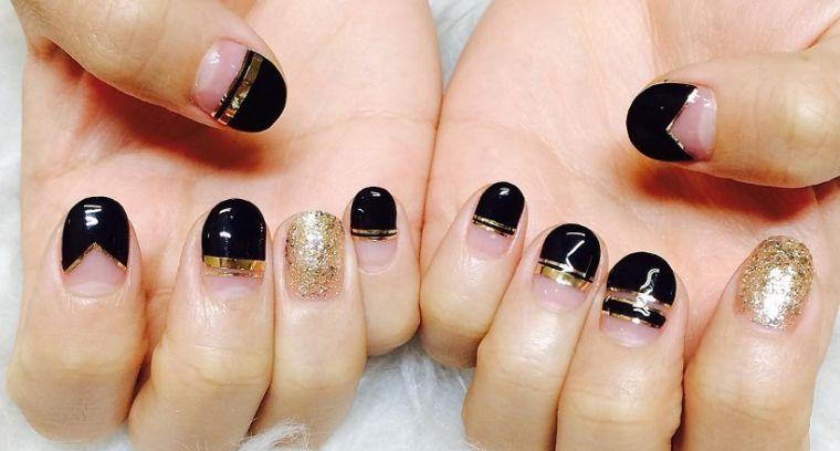 manicura en forma ovalada negro dorado