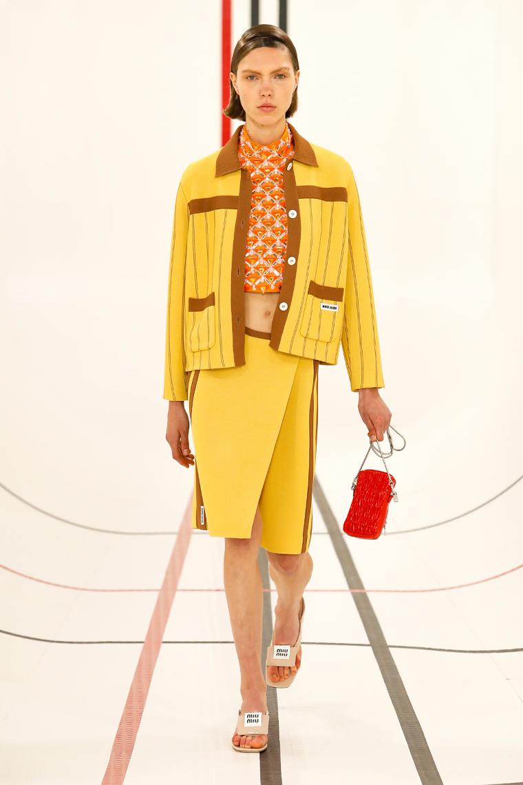 Miu-Miu-diseno-2021-ideas-color-amarillo