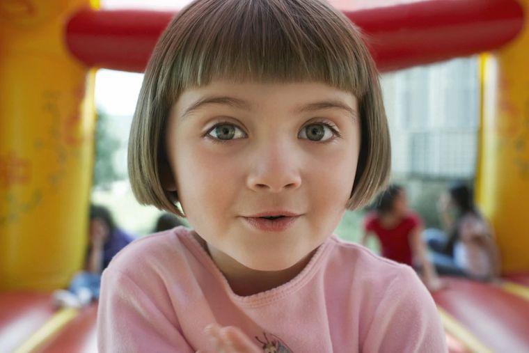 cortes de pelo de niña modernos recto con flequillo corto
