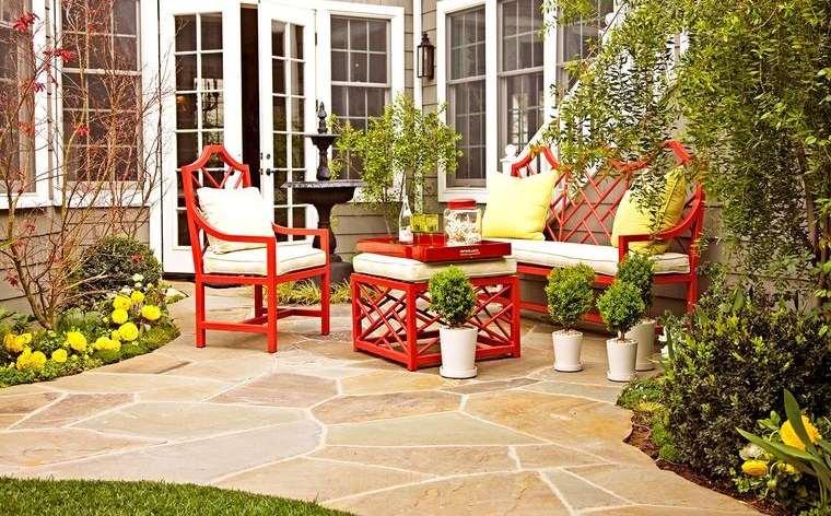 decoración de jardines con muebles coloridos