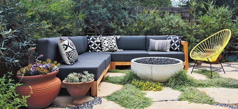decoración de jardines con sofa