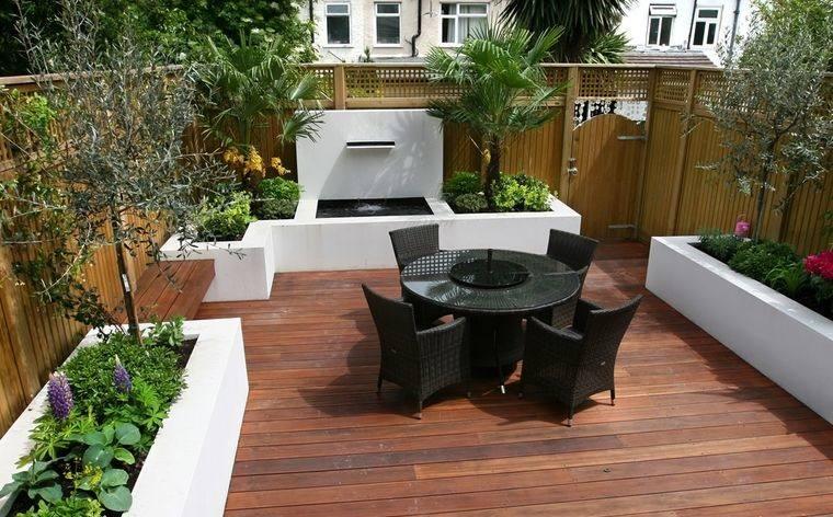 decoración de jardines con suelo madera
