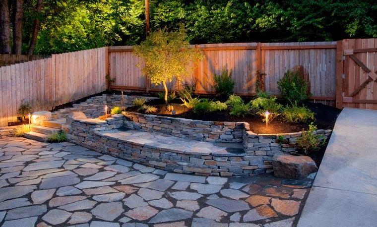 decoración de jardines con suelo piedra