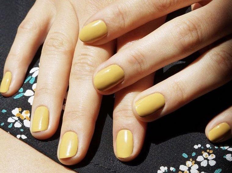 manicura elegante amarillo claro