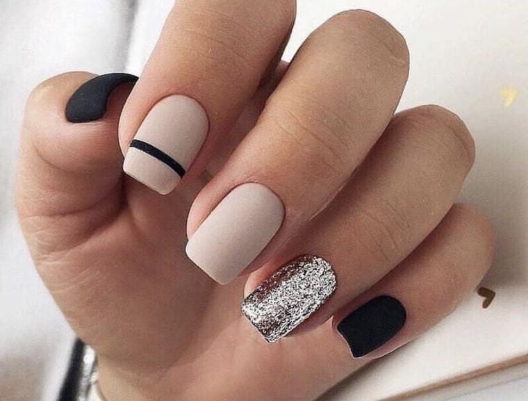 manicura elegante combinando colores