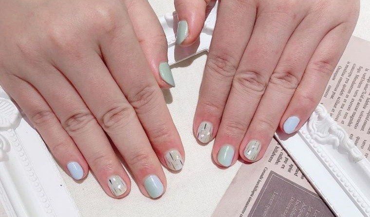 manicura elegante en gris