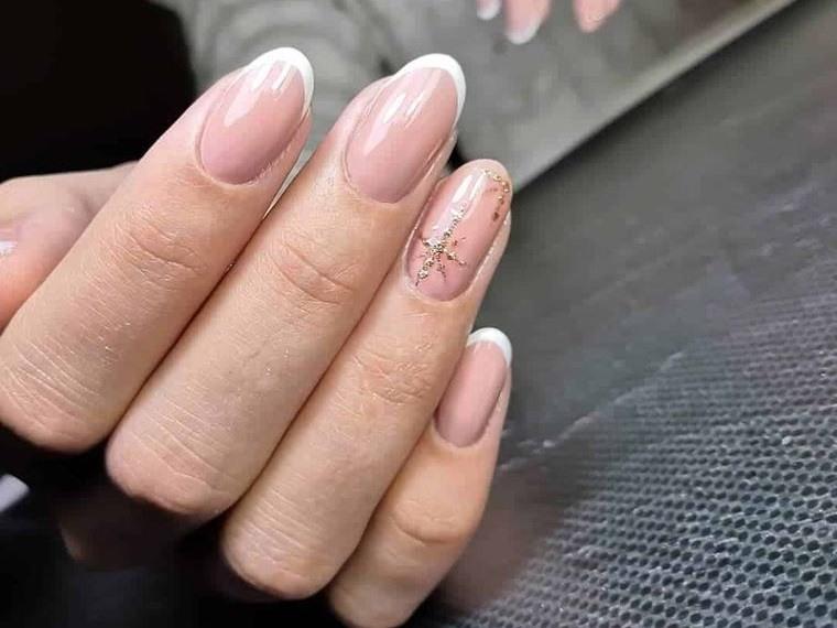 manicura elegante estilo francesa