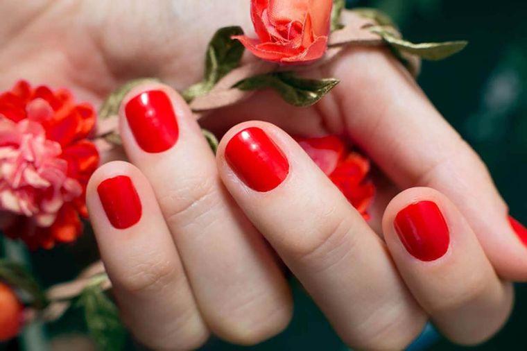 manicura elegante uñas rojas