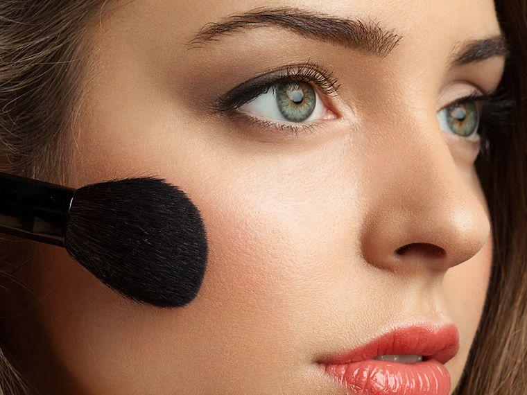 maquillaje aplicar rubor