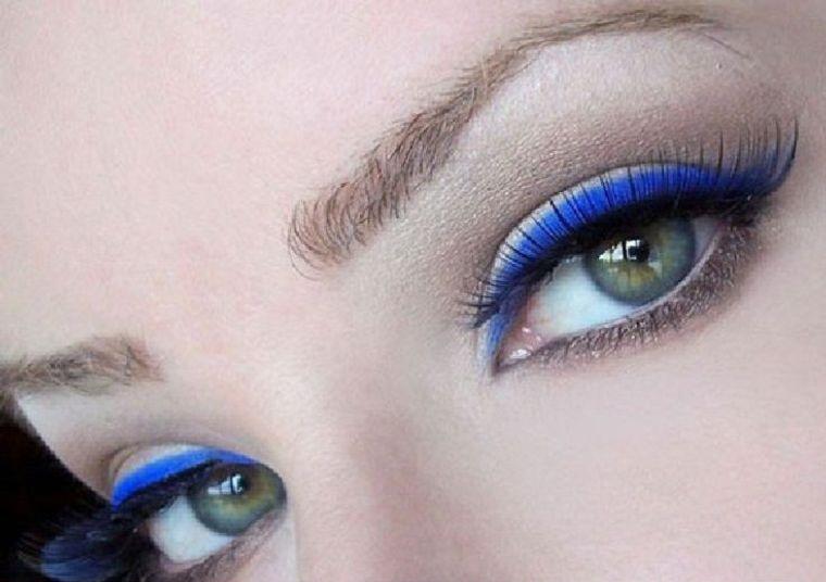 maquillaje delineador azul