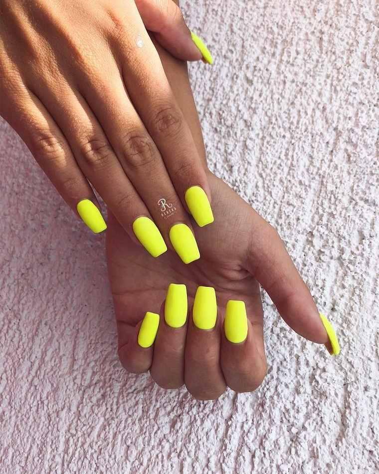 Uñas para verano 2021 --amarillo-vibrante