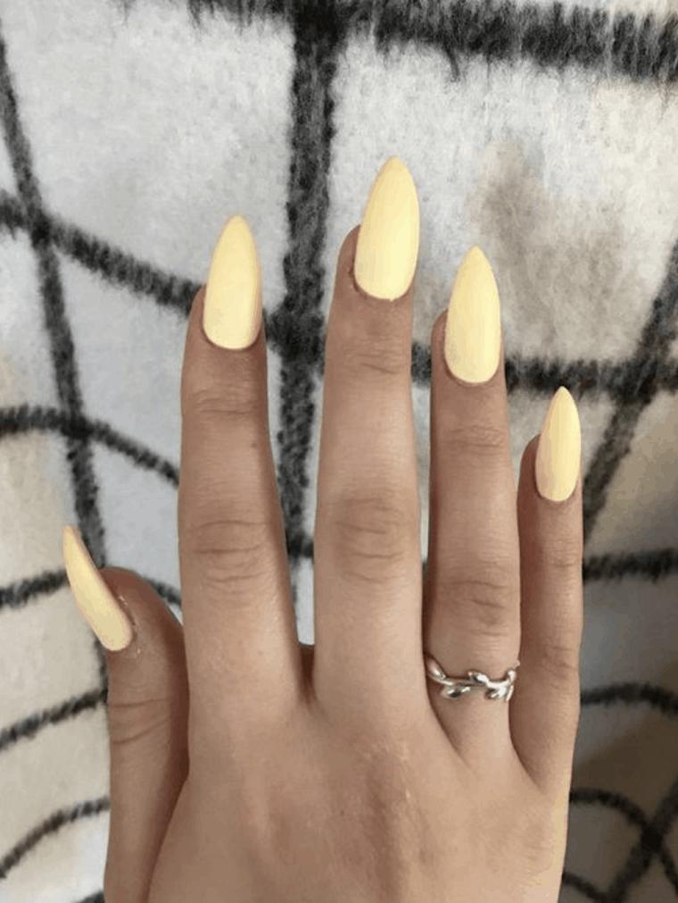 unas-para-verano-2021-color-amarillo-pastel-ideas