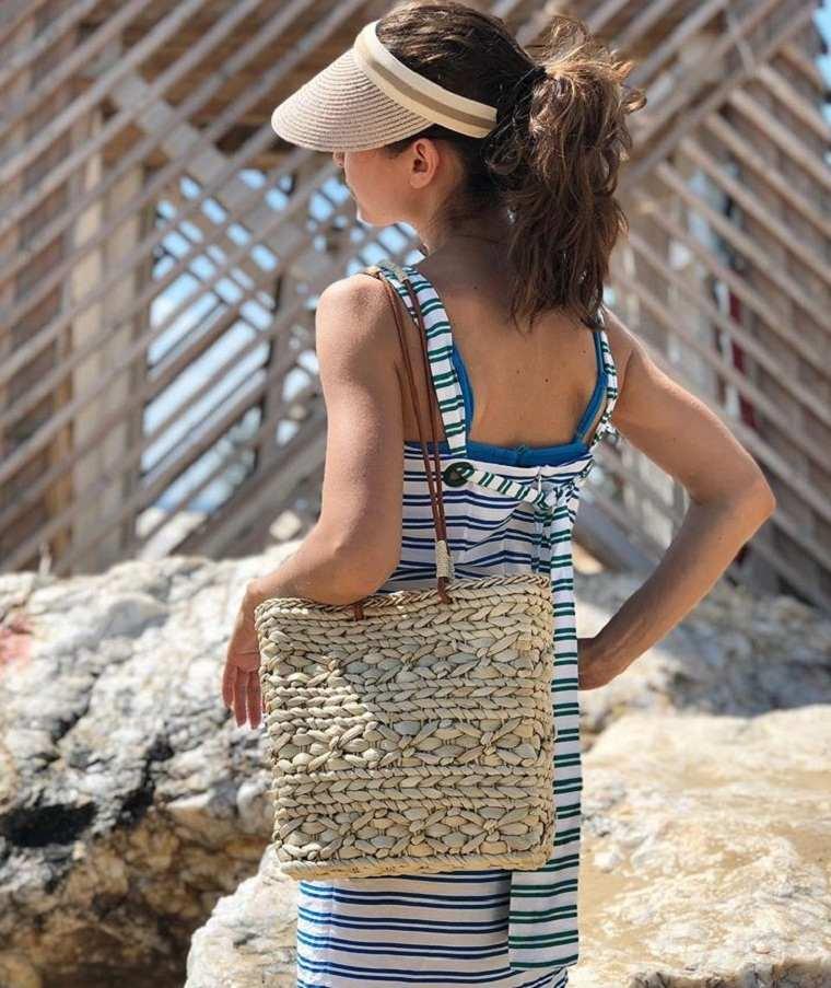 bolso-vacaciones-junto-mar