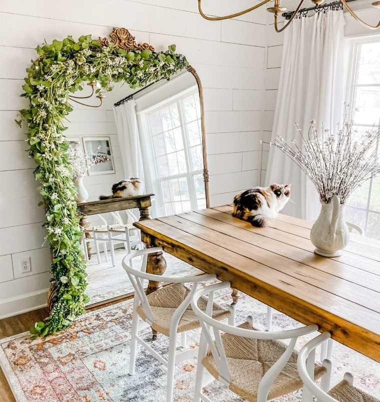 decoración con espejos en pequeño comedor