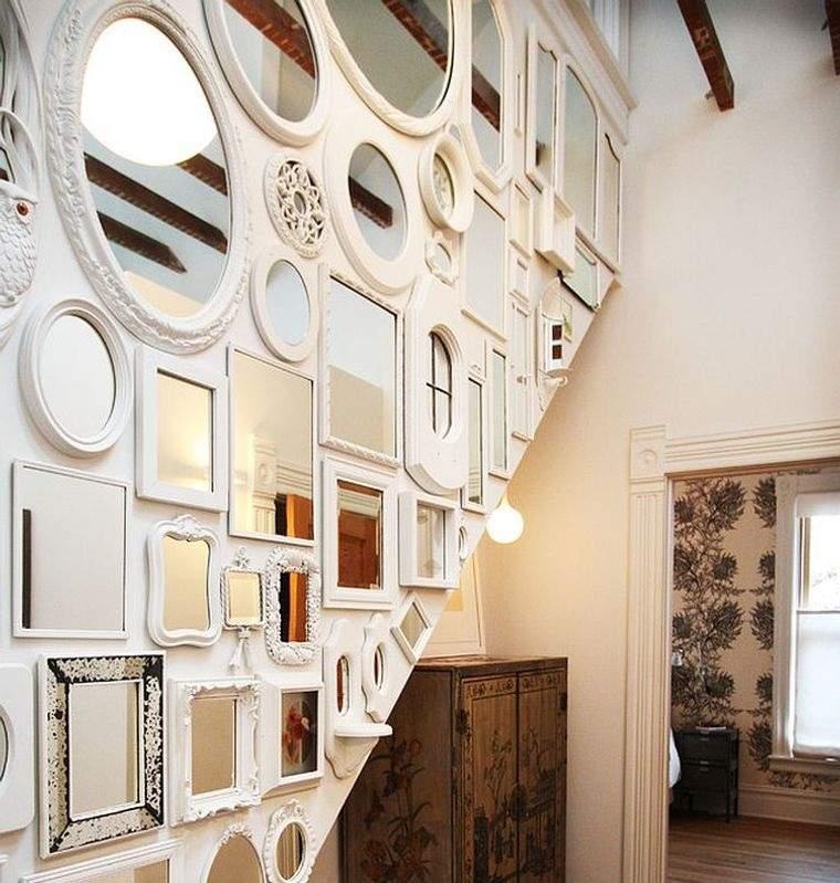 decoración con espejos pared escalera