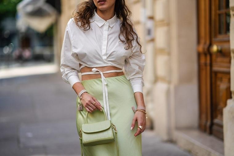 estilo-urbano-2021-tendencias-blusa-blanca-ideas