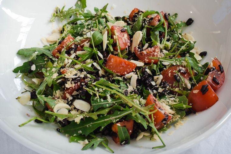 frutos secos ensalada-rucula tomate con almendras