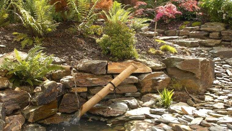 jardín de rocalla con fuente de agua