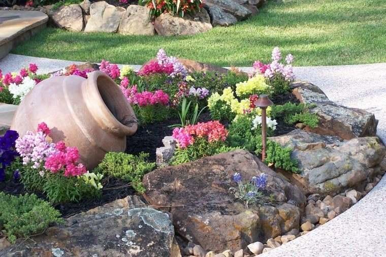 jardín de rocalla con rocas envejecidas