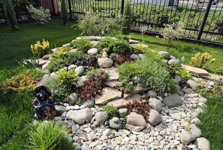 jardín de rocalla diseño con alturas