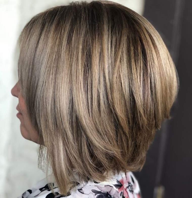 peinados media melena bob con capas