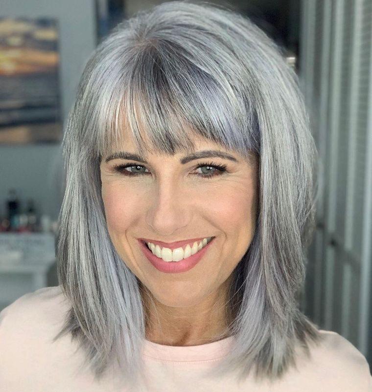 peinados media melena color plateado