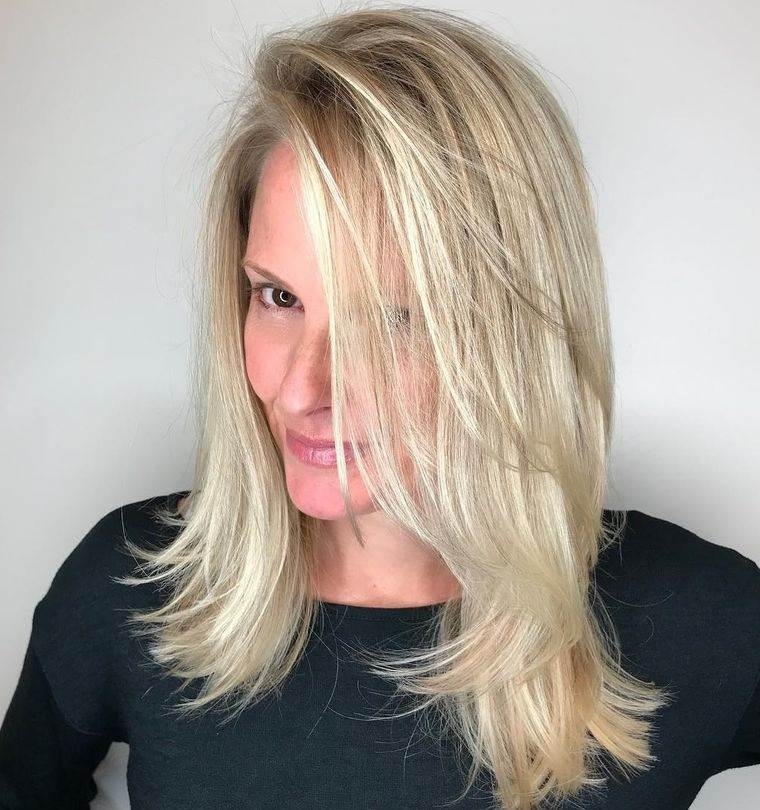 peinados media melena con capas plumas largas