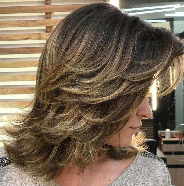 peinados media melena con plumas