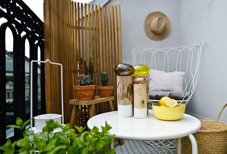 Ideas para ocultar balcón-muebles-blancos