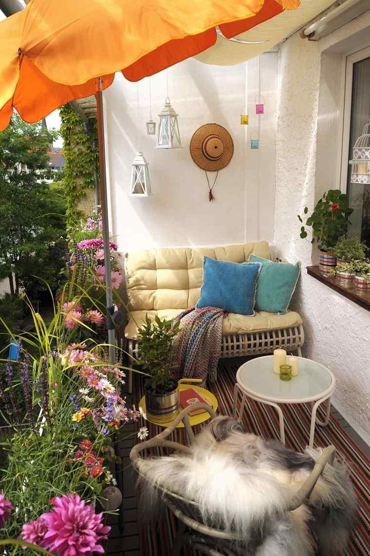 Ideas para ocultar balcón muebles-sombrilla