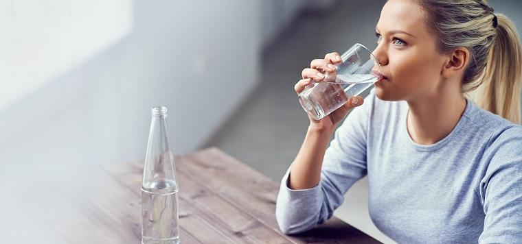 para-dolor-de-cabeza-tomar-agua