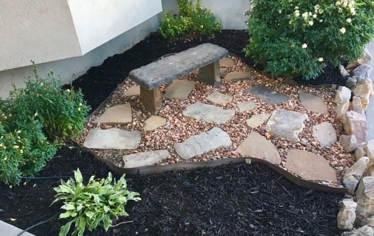 piedras decorativas en pequeño jardin