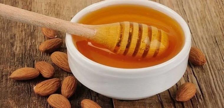 piel grasa almendras con miel