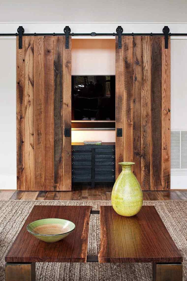 Salon-rustico-moderno-madera-puertas