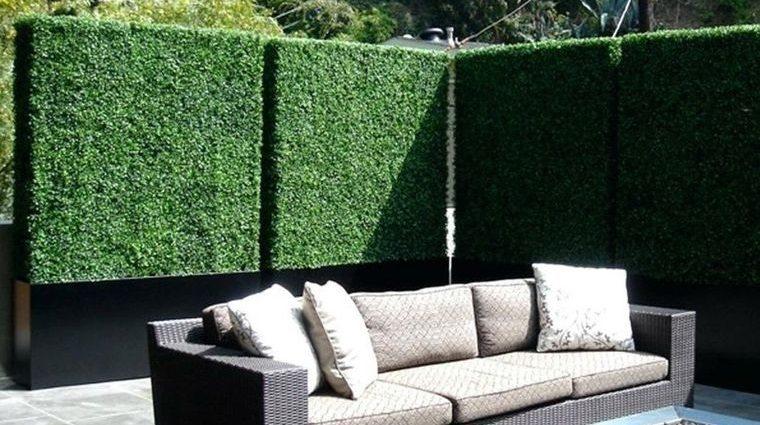 cómo cerrar una terraza sin obra con boj artificial