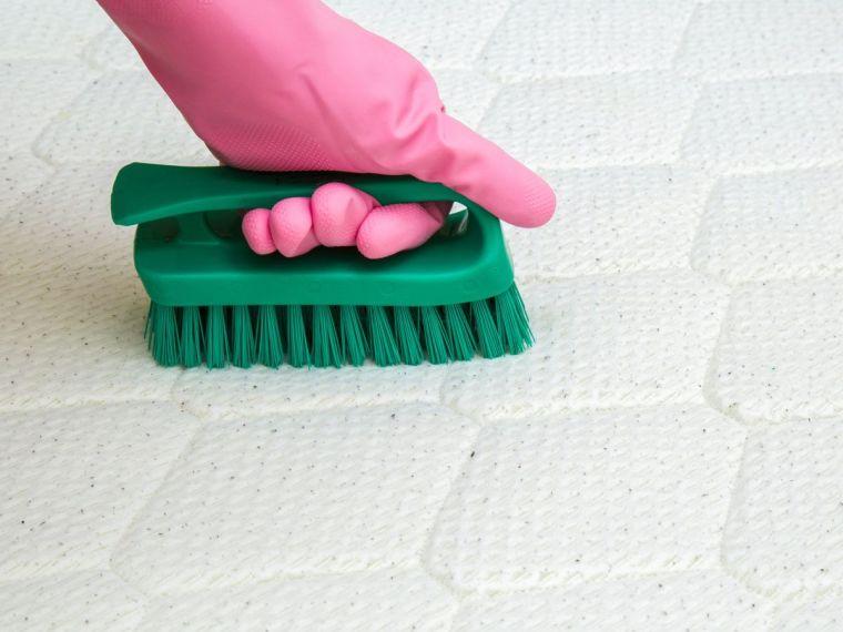 Cómo limpiar un colchón-cepillar