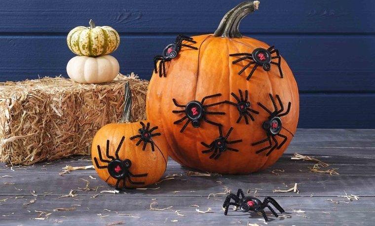 decoración de halloween calabazas con arañas de boton
