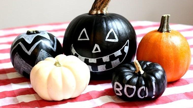 decoración de halloween calabazas pintadas con tiza