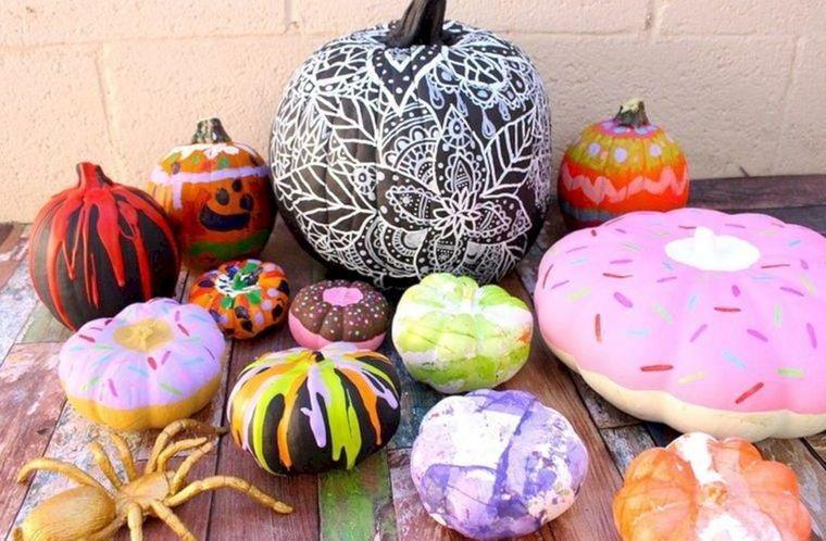 decoración de halloween con diferentes diseños pintados