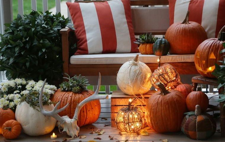 decoración otoño con diferentes calabazas en exteriores