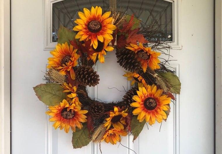 decoración otoño corona con flores falsas