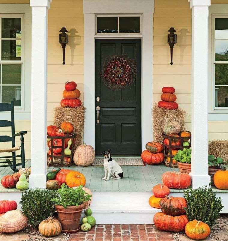 decoración otoño entrada con calabazas