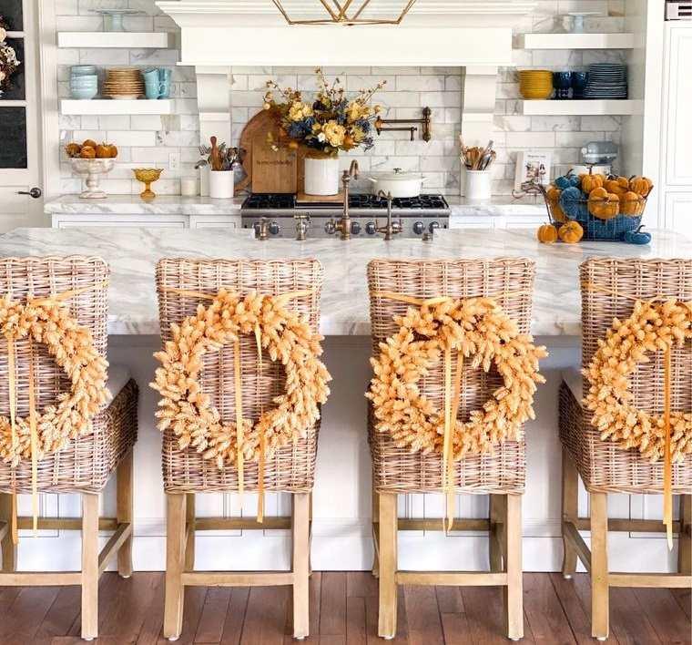 decoración otoño para sillas de cocina