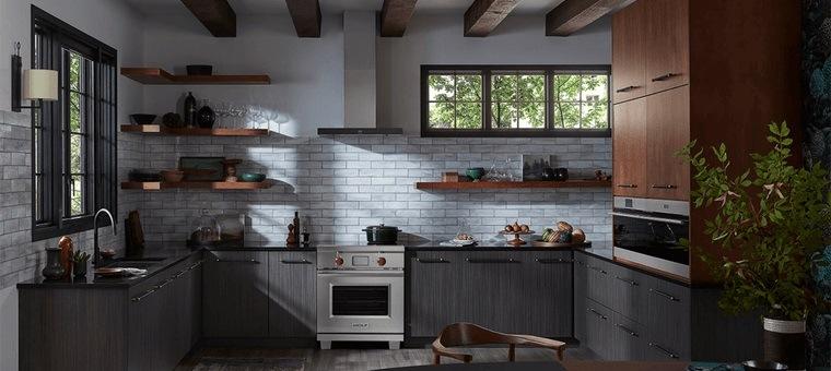 diseños de cocinas en color gris con estantes abiertos