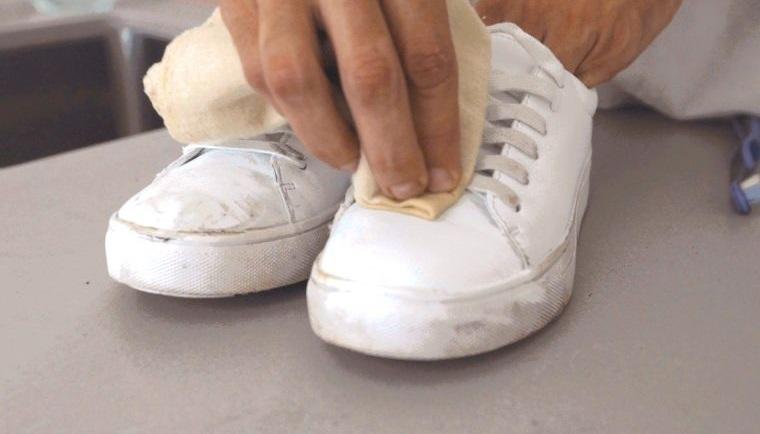zapatos blancos de cuero sintetico limpieza