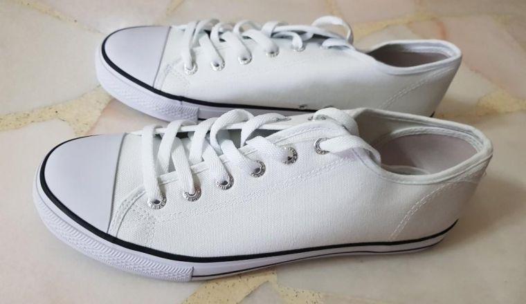zapatos blancos de lona