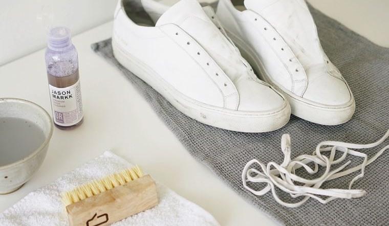 zapatos blancos limpiar cordones