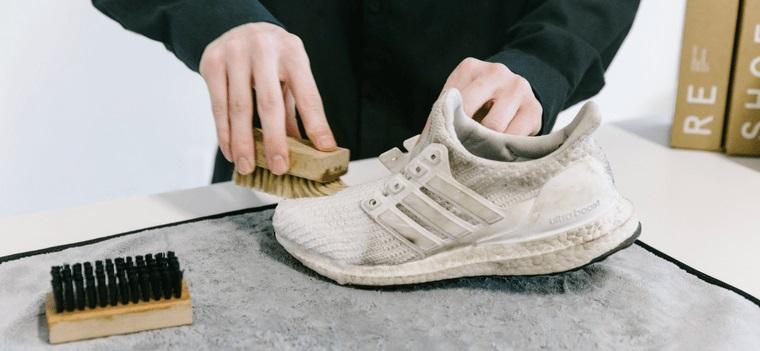 zapatos blancos limpieza por dentro